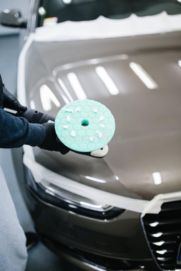 Limpieza y pulido del coche fotografía de archivo libre de regalías