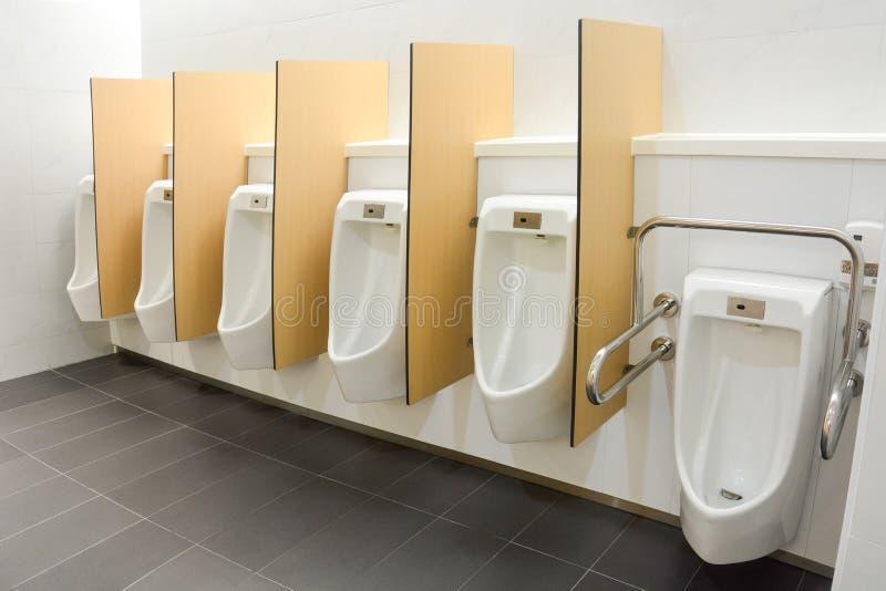 Limpio y moderno baño público para hombres con diseño amigable para personas con discapacidad o mayores fotos de archivo