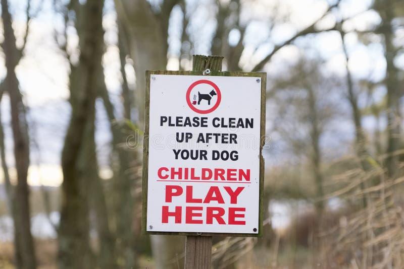 Limpo acima depois que as crianças do cão jogam aqui o sinal imagens de stock royalty free