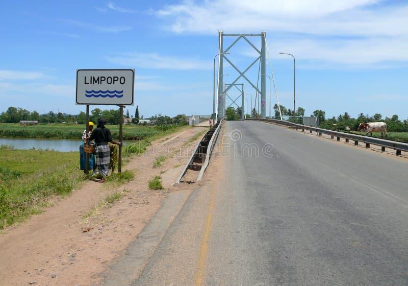 Limpopo Mocambique - December 11, 2008: Ställning för två okänd kvinnor royaltyfria foton