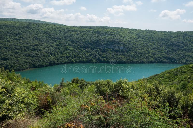Limski运河在罗维尼附近也叫Limski海湾在Istria 亚得里亚海的克罗地亚海运 图库摄影