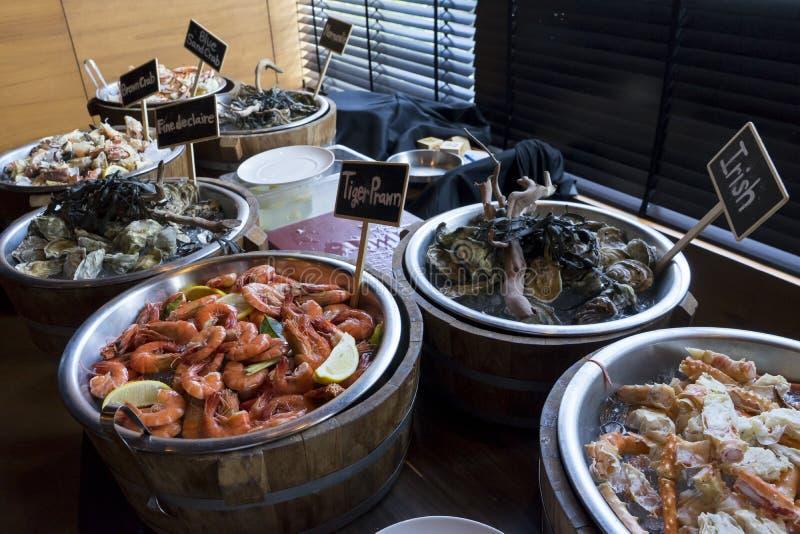 Limule, crevette rose d'huîtres, d'Irlandais, de tigre, Normandie et citron d'Alaska sur des seaux à glace photo stock