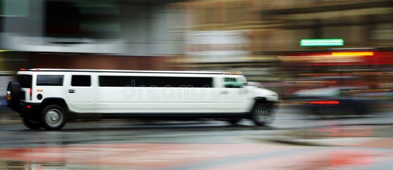A limusina branca de Hummer h3 borrou para fora 18 07 2008 Manchester, Inglaterra foto de stock royalty free