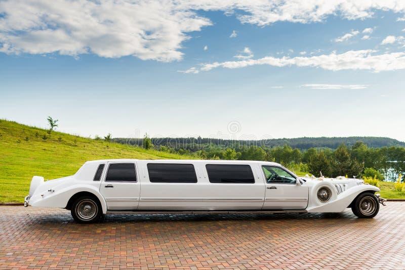 limusina branca do casamento foto de stock