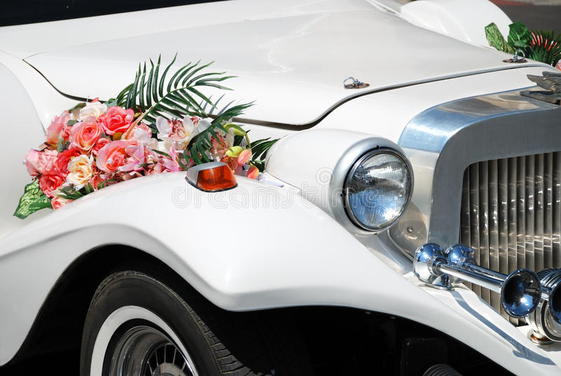 Limusina branca do casamento com flores foto de stock royalty free