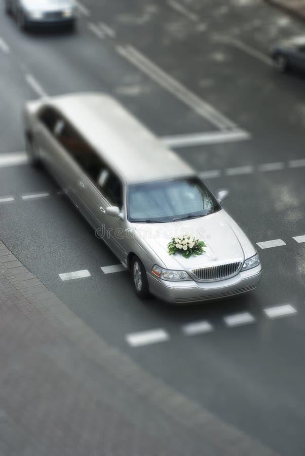 Limusina do casamento da SHIFT da inclinação na rua imagem de stock