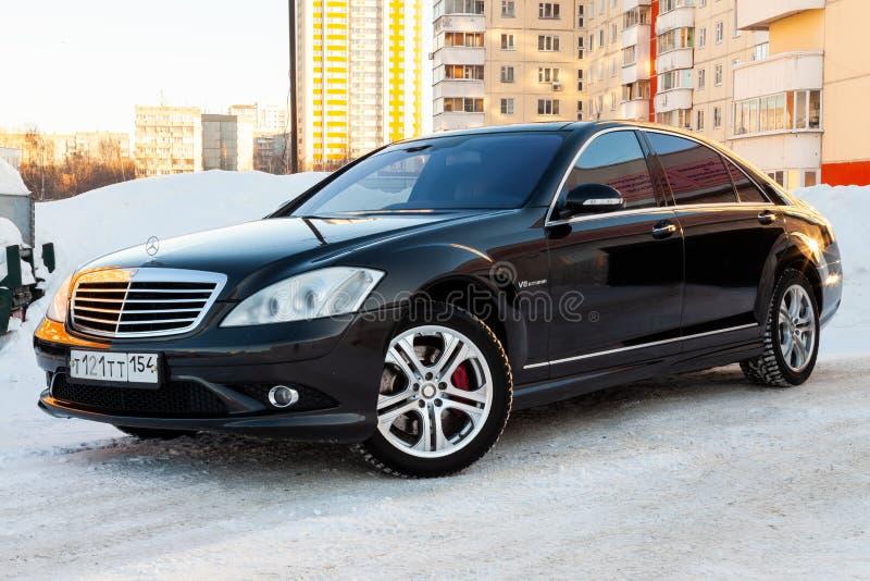 Limusina preta longa de Mercedes Benz da classe executiva luxuosa, amg modelo na rua preparada para a venda em um dia de inverno  foto de stock royalty free