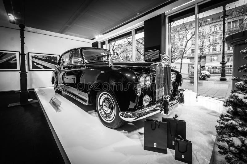 Limusina ultra-exclusiva Rolls-Royce Phantom VI, 1970 de británicos Coachwork fue creado por la sala del parque de Mulliner fotografía de archivo libre de regalías