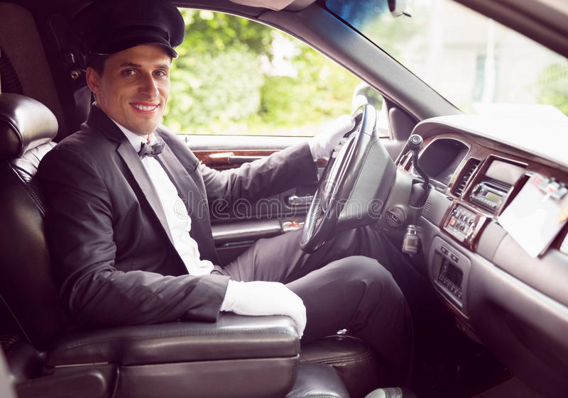 Limuzyna kierowca ono uśmiecha się przy kamerą obraz royalty free