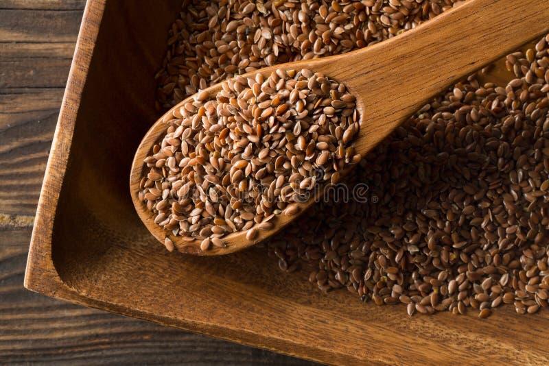 Lin oléagineux ou graine de lin cru et non-traité dans le scoop en bois photos libres de droits