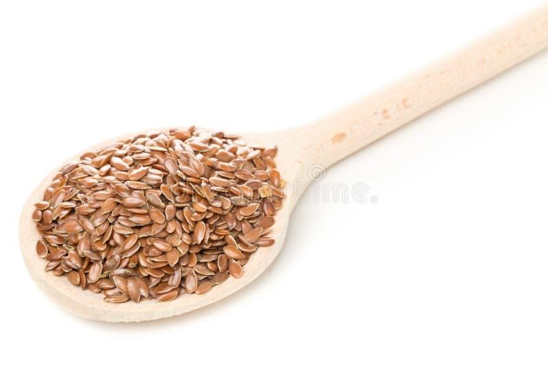Lin oléagineux ou graine de lin cru et non-traité dans la cuillère en bois photos libres de droits