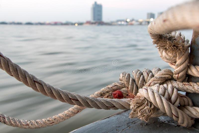 Lina łodzi przywiązana do drewnianego słupa na balustradzie pływającej obrazy stock