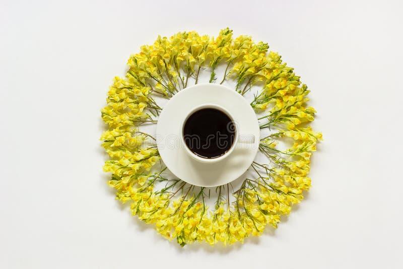 Linaria amarelo das flores selvagens do quadro da xícara de café e da circular no bom dia colocado do conceito da opinião superio imagens de stock royalty free