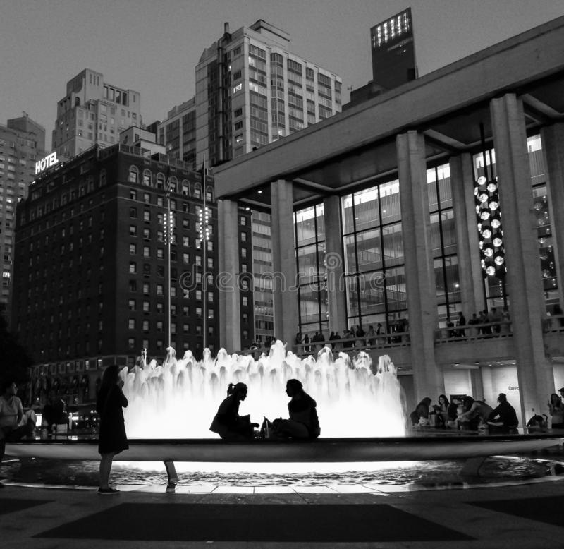 Lincoln Center com fonte e peope na noite fotos de stock royalty free