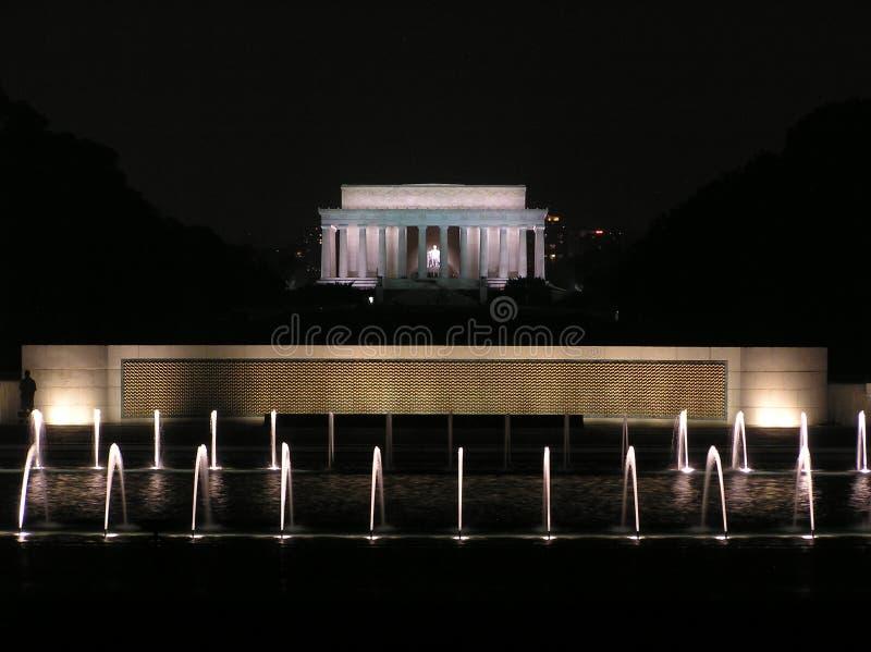 Lincoln conmemorativa y las fuentes centrales del monumento de la Segunda Guerra Mundial imagen de archivo