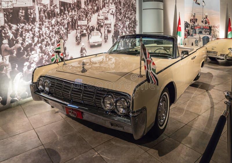 Lincoln Continental Convertible 1961 na exposição no museu em Amman, a capital do carro do rei Abdullah II de Jordânia fotografia de stock
