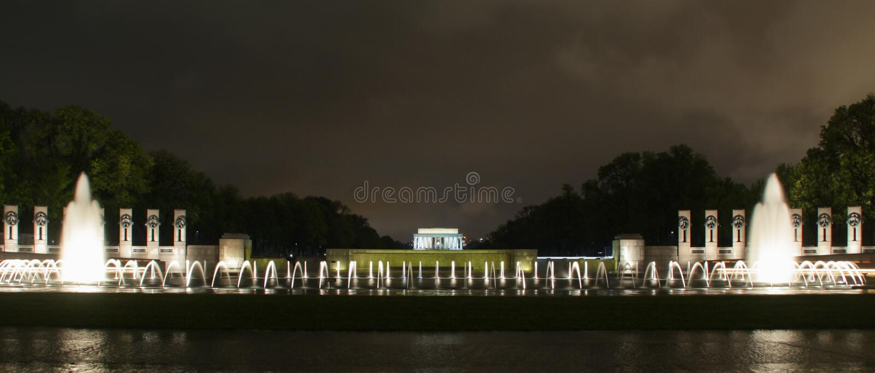Lincoln Memorial avec les fontaines la nuit image stock