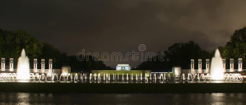 Lincoln Memorial con las fuentes en la noche imagen de archivo