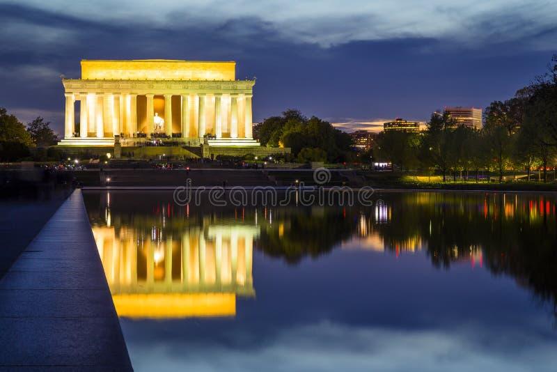 Lincoln Memorial efter solnedgång med reflexionspölen i förgrund royaltyfri bild
