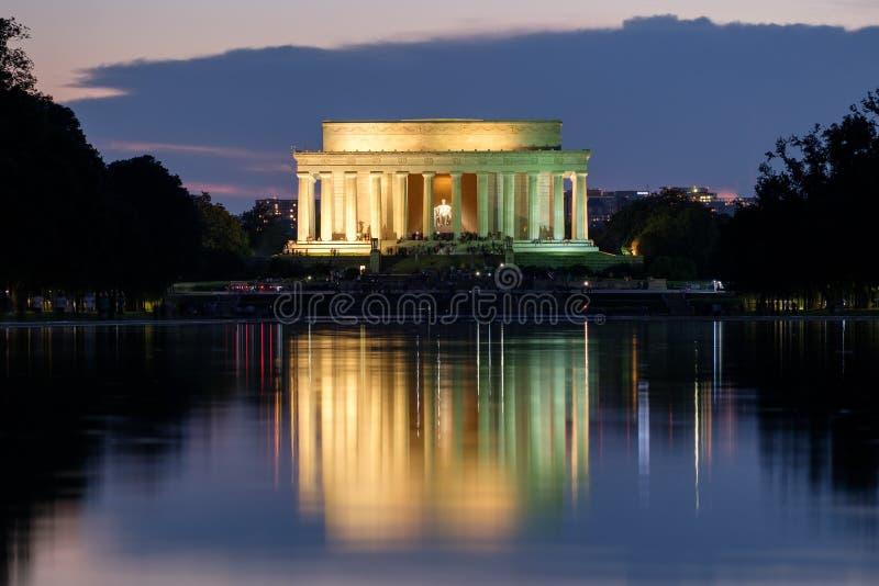 Lincoln Memorial et la piscine se reflétante dans l'illum de Washington photo stock