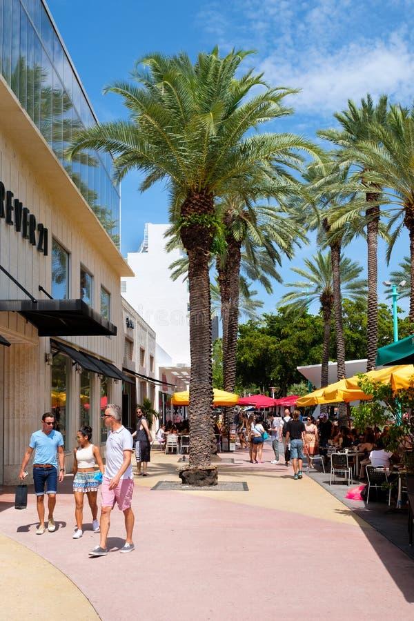 Lincoln Road, een beroemde toeristenbestemming in het Strand van Miami stock afbeelding