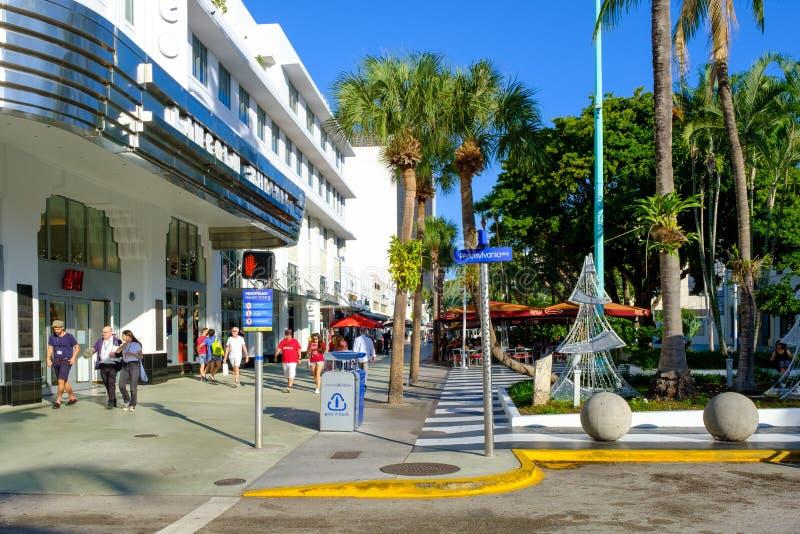 Lincoln Road en berömd shopping för värld och äta middagpromenad i Miami Beach royaltyfri bild