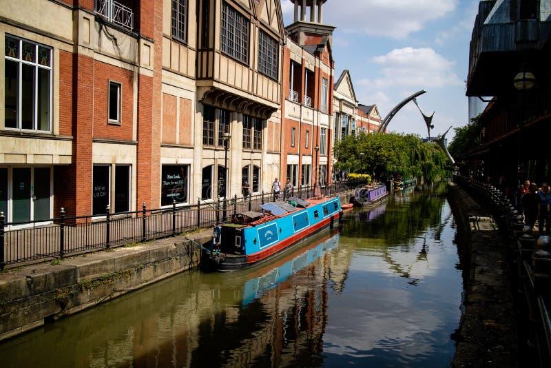 Lincoln, Royaume-Uni - 07/21/2018 : La rivière Witham passant par le centre de Lincoln, avec la sculpture en habilitation dedans photos stock