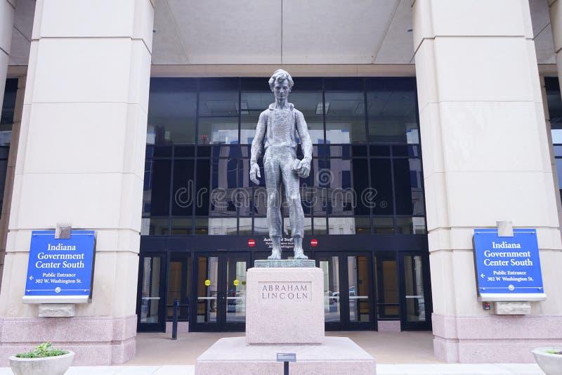 Lincoln-Statue vor Indiana-Regierungsmitte lizenzfreies stockbild