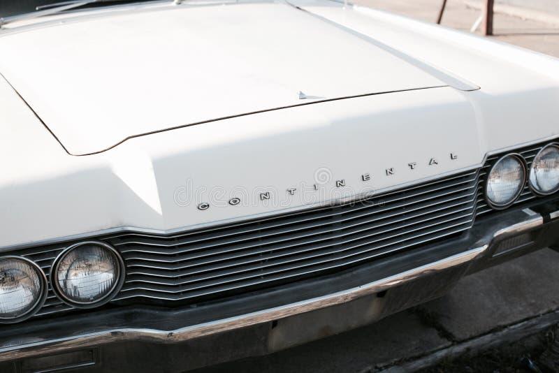 Lincoln Town Car i vit royaltyfri fotografi