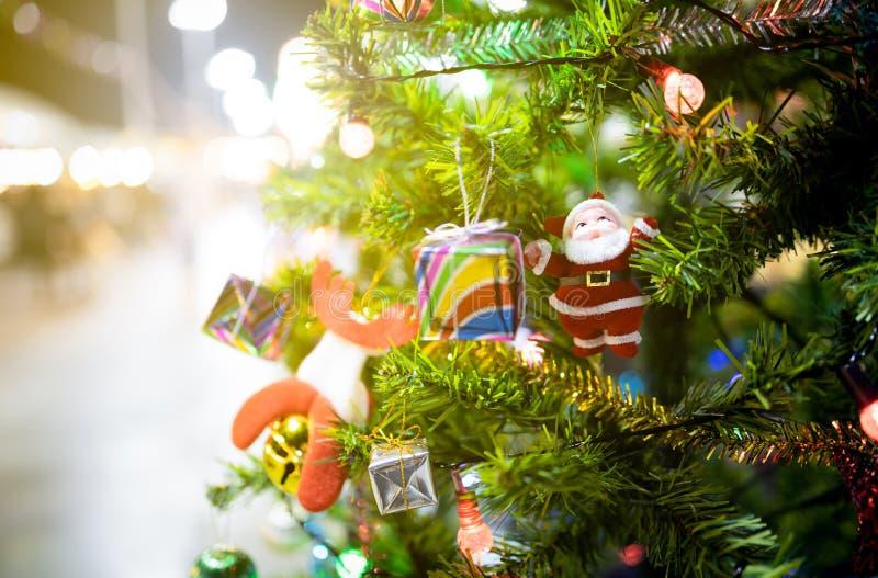 Linda árvore de Natal decorada sobre fundo cintilante ou boquiaberto à noite, decorar árvore de Natal com boneca de Papai Noel, imagens de stock royalty free