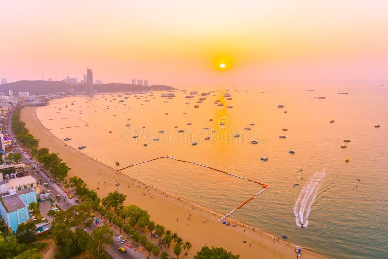 Linda baía de praia tropical com construção de arquitetura e nave em torno da cidade de pattaya imagem de stock