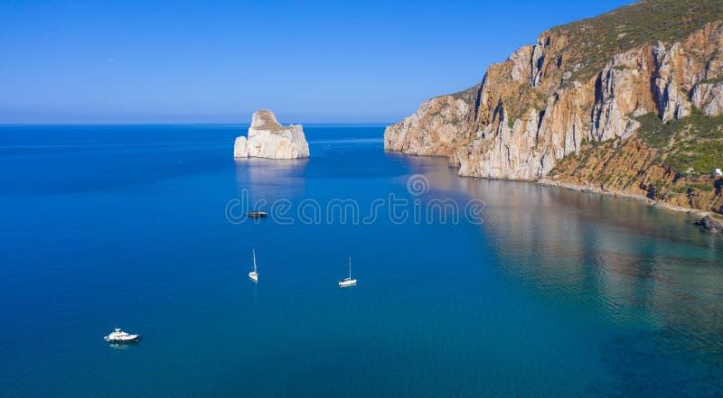 Linda baía na Sardenha com barco e praia fotografia de stock