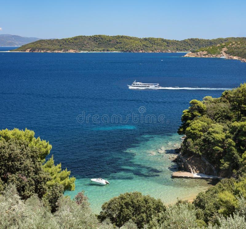 Linda baía pitoresca com praia na ilha de Skiathos fotografia de stock