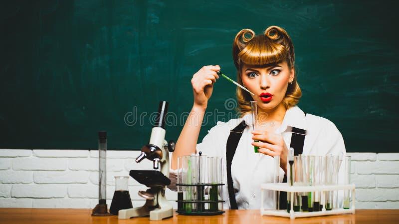 Linda cientista Nova descoberta Química e experiências Laboratório Mulher com tubos de ensaio Cosméticos, novos foto de stock royalty free