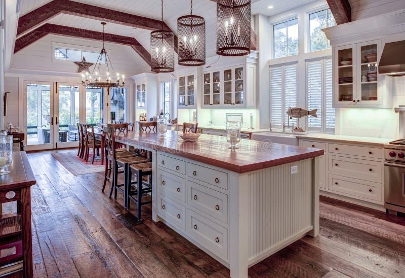 Linda cozinha de luxo e sala de jantar com janelas visuais foto de stock royalty free