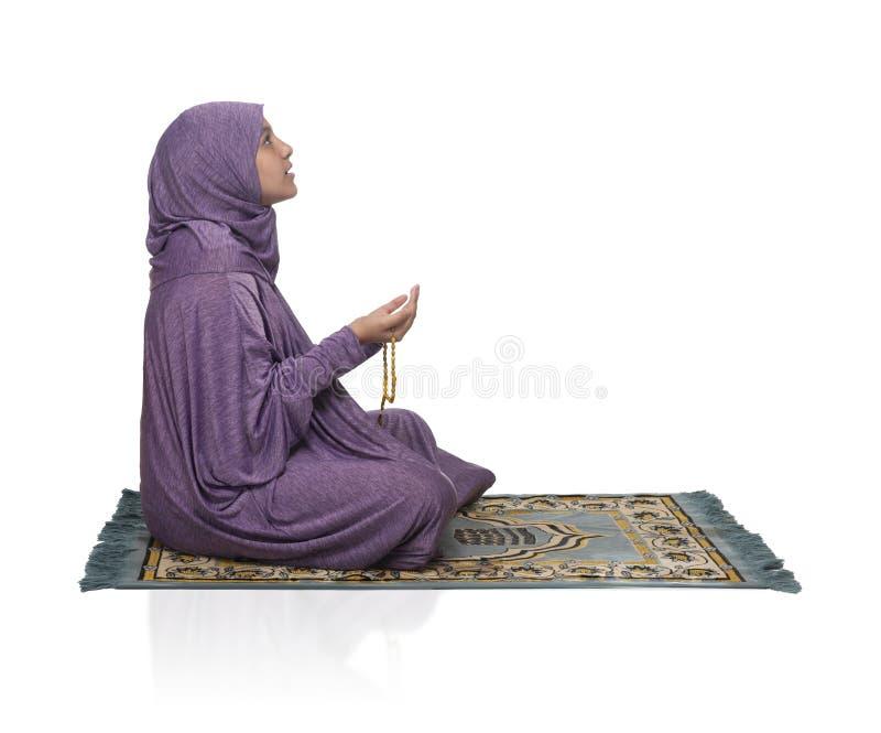 Linda garota árabe rezando por Alá usando roupas muçulmanas fotografia de stock