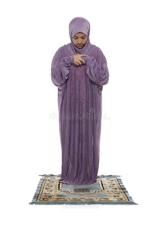 Linda garota árabe rezando usando roupas muçulmanas foto de stock