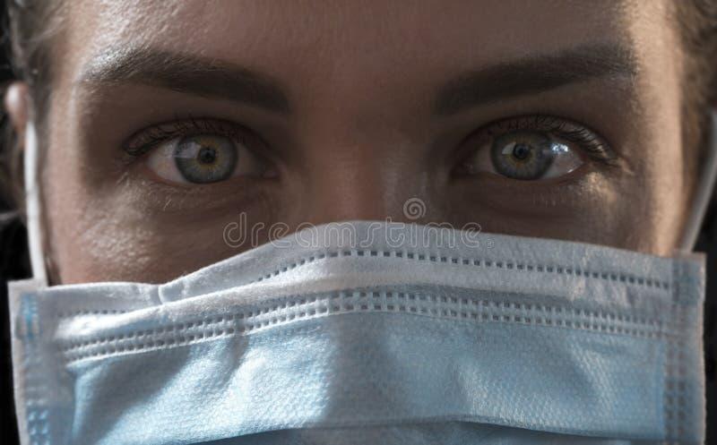 Linda garota infectada caucasiana de fundo negro em máscara médica com inscrição 2019-nCov Conceito de coronavírus covid-19 fotos de stock