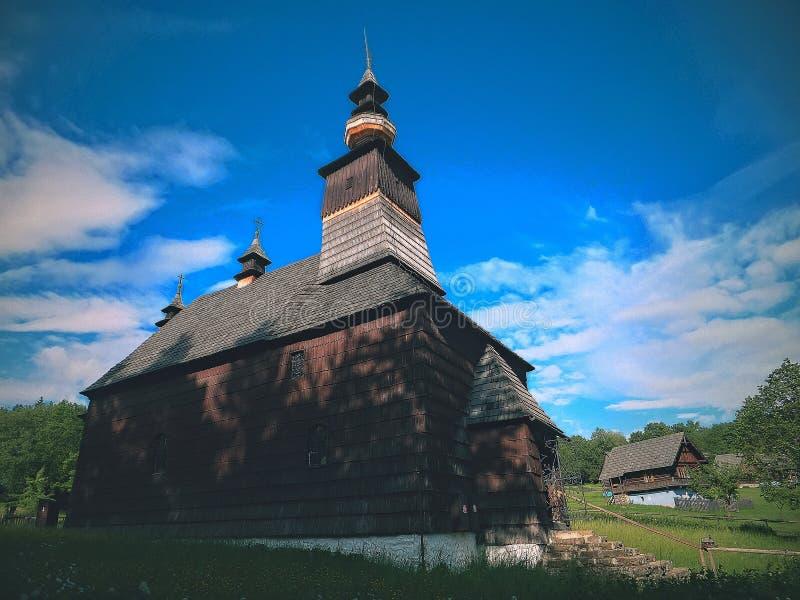 Linda igreja romântica num vale pitoresco com antecedentes interessantes imagens de stock