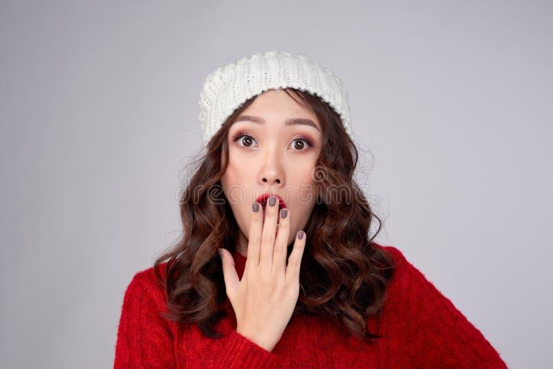 Linda jovem asiática em roupas quentes, surpreendida foto de stock royalty free