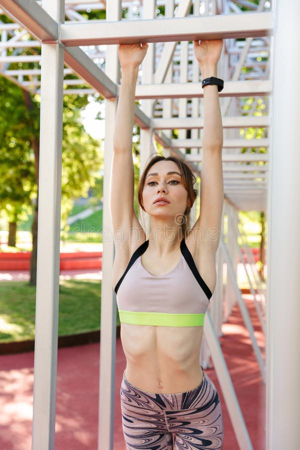 Linda jovem atriz esportiva posando ao ar livre fotografia de stock