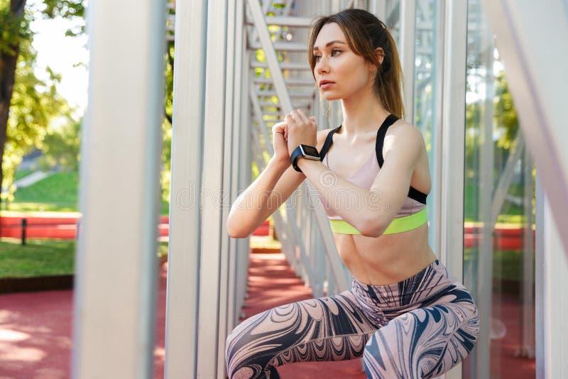 Linda jovem atriz esportiva posando ao ar livre foto de stock royalty free