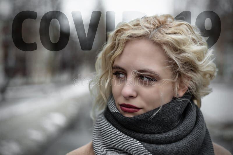 Linda jovem com o tema COVID-19 imagem de stock royalty free
