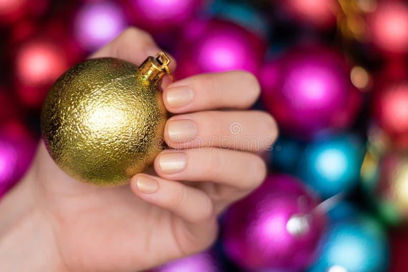 Linda mão feminina com o design de unhas de natal dourado brilhante imagens de stock royalty free