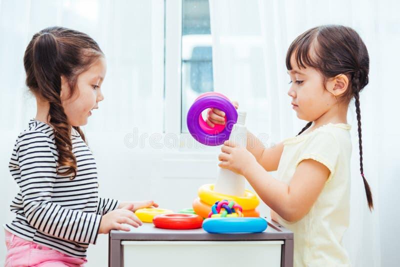 Linda menina do jardim de infância jogando com a educação de brinquedos imagens de stock royalty free