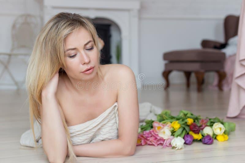 Linda menina doce com um grande buquê de flores para o feriado foto de stock