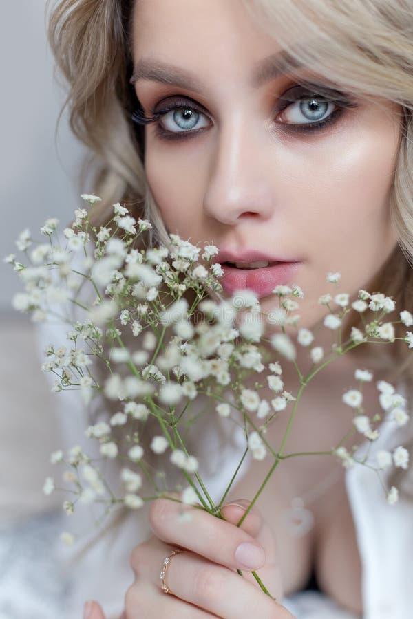 Linda menina doce com um grande buquê de flores para o feriado imagens de stock