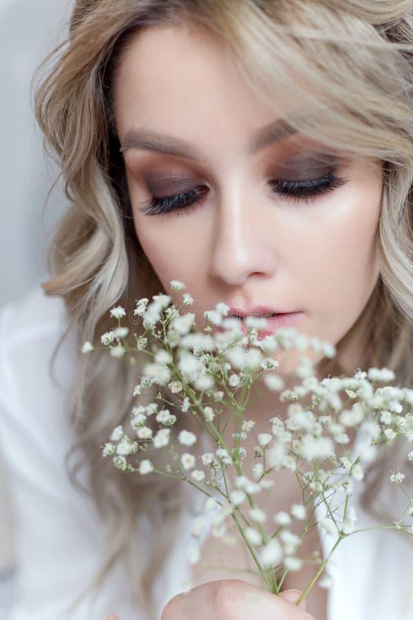 Linda menina doce com um grande buquê de flores para o feriado imagem de stock royalty free
