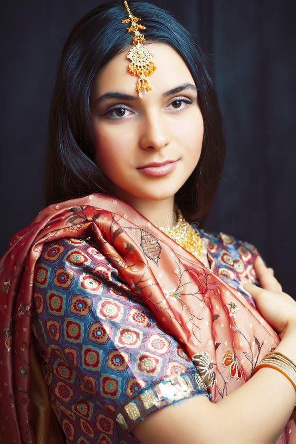 Linda menina indiana real de sari sorrindo alegre, joalharia brilhando, pessoas de estilo de vida conceituam imagens de stock royalty free
