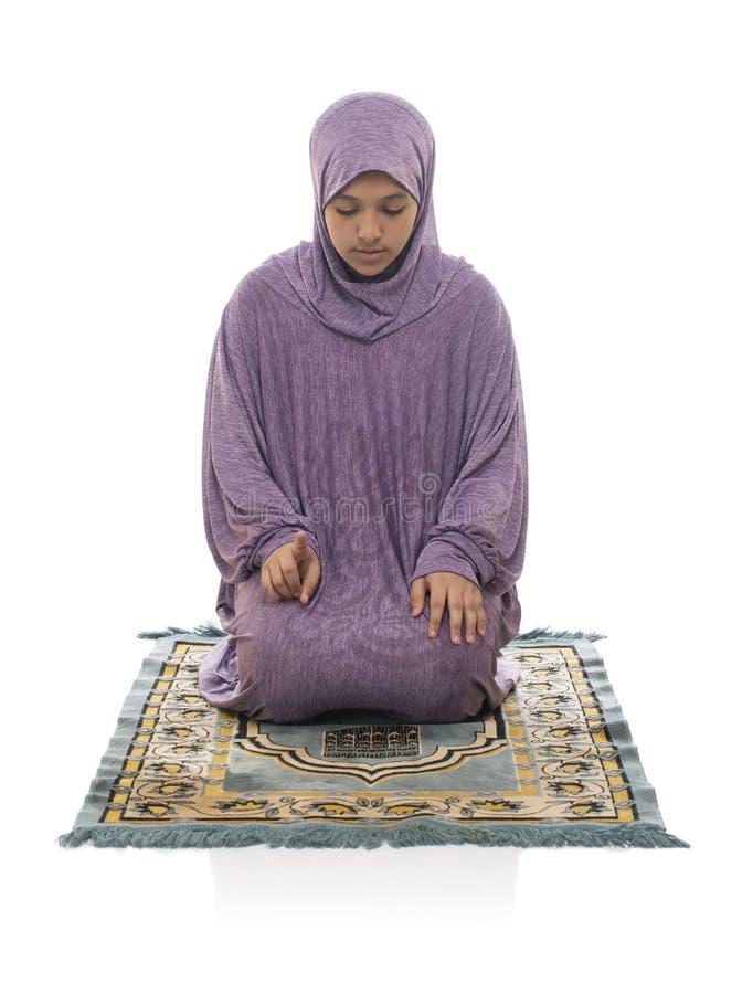 Linda moça árabe muçulmana rezando por Alá usando roupas muçulmanas foto de stock
